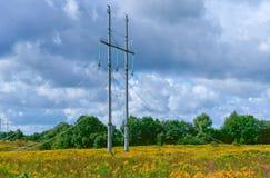 放置送电线集合的输电线、杆和导线 免版税库存图片