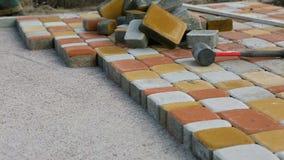 放置铺路板由马赛克特写镜头 铺的路,建筑 股票录像