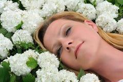 放置雪球妇女年轻人的花 库存照片