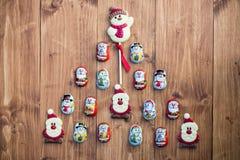 放置以克里斯形式的巧克力圣诞老人,雪人和饼干 免版税库存图片