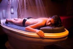 放置轻松的妇女在温泉治疗期间。 免版税库存图片