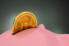 放Bitcoin入存钱罐 免版税图库摄影