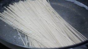 放Zaru Soba冷的Soba日本面条食物样式入煮沸的热水气泡和smokein黑聚四氟乙烯归纳平底锅和 影视素材