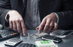 财政专家或会计在与计算器一起使用 免版税库存照片