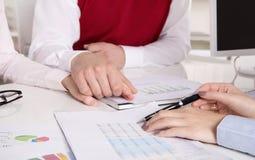 财政业务会议:年轻人已婚夫妇-顾问和c 免版税库存照片