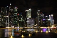 财政区在新加坡在晚上 免版税库存照片