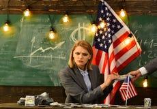 政客妇女:提供的堆供以人员的美国金钱 免版税库存图片