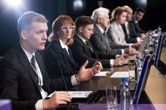 政客辩论在观众席 免版税图库摄影