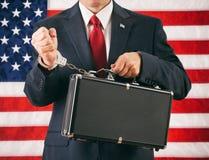 政客:人扣上手铐到一个公文包最高机密的Informat 免版税库存照片