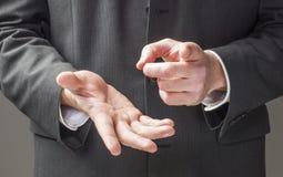 政客说服的肢体语言 免版税库存图片