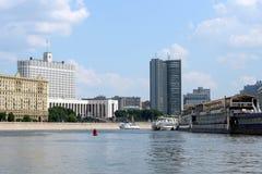 政府俄罗斯联邦和莫斯科市政厅的房子  从莫斯科河的看法 库存图片