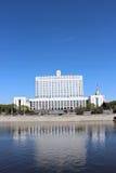 政府俄罗斯联邦的议院反对蓝天的 免版税库存照片