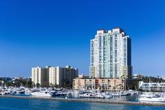 政府削减了迈阿密, Fl运河街市  停放pla的游艇 库存图片