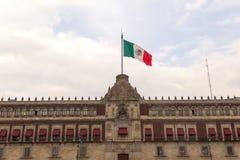 政府墨西哥国旗和宫殿  免版税图库摄影