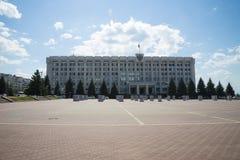 政府大厦,在俄国旗子的屋顶和徽章在翼果的,俄罗斯 库存照片