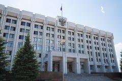 政府大厦,在俄国旗子的屋顶和徽章在翼果的,俄罗斯 免版税库存图片