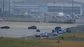 政府成员和警察护送的随从在机场 股票录像