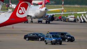 政府随从在杜塞尔多夫机场 股票录像