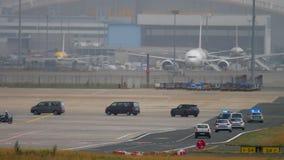 政府随从在法兰克福国际机场 股票视频