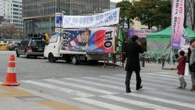 政治抗议行动在汉城,韩国, 2017年12月02日 有前总统画象的汽车在街道上的 股票视频