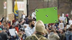 政治集会的美国人民 与跟踪标志的绿色横幅 股票录像