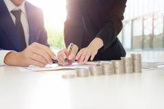 财政规划商人和女商人谈话 库存照片