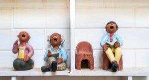 读故事书的玩偶 免版税库存照片