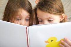 读故事的孩子 图库摄影