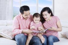 读故事的父母对孩子 库存照片
