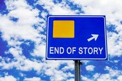 故事的结尾,蓝色路标剧烈的多云天空 库存图片