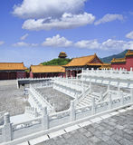 故宫复制品有白色楼梯栏杆和山土坎的在背景 免版税库存图片