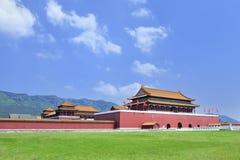 故宫,横店,中国的复制品有绿色草坪的 库存图片
