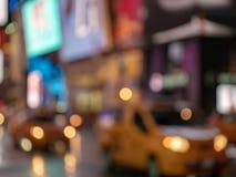 故意地通过迅速移动黄色的出租车defocused射击  库存图片