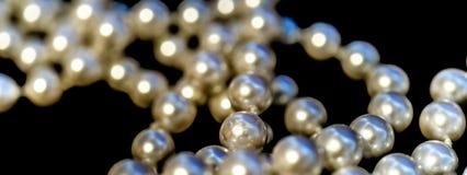 故意珍珠项链的抽象的图片,在前后 免版税库存照片