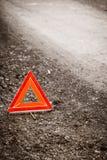 故障的汽车 在路的红色警告三角标志 免版税库存图片