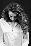 敏感情感妇女黑白照片丝绸的在Th 免版税图库摄影