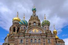救主的教会基督的复活的溢出的血液大教堂的在圣彼德堡,俄罗斯 在蓝天背景 免版税库存图片