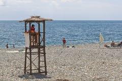 救助者在海滩罗莎Khutor的工作在爱德乐,索契的手段解决 免版税库存照片