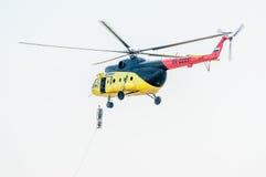 救助者降低从MI-8直升机的担架 免版税库存图片