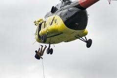 救助者从MI-8直升机登陆由绳索 免版税库存图片