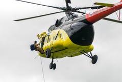 救助者从MI-8直升机登陆由绳索 免版税库存照片