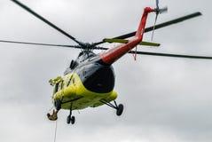 救助者从MI-8直升机登陆由绳索 免版税图库摄影