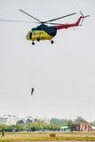 救助者从MI-8直升机登陆 免版税库存照片