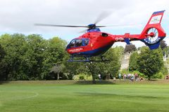 救护机直升机着陆在草甸Tavistock 免版税库存照片