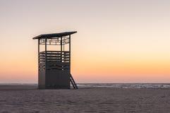 救护设备在海岸日落时间的巡逻塔,夏天旅行背景 库存照片