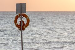 救护设备漂浮圆环 在立场的海滩lifebuoy圆环在前面 库存图片