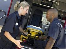 救护车去除二的盖尼式床医务人员 免版税库存图片