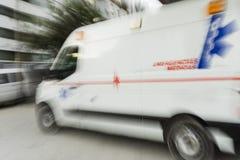 救护车在城市 免版税库存照片