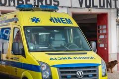 救护车在志愿消防局前面停放了在法鲁 库存照片