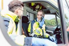 救护车的医务人员与总部电话联系 库存照片